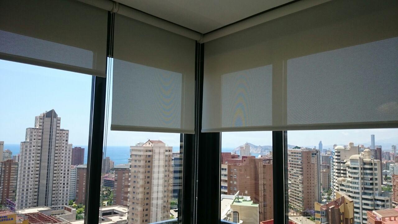 Interiores enrollables screenvogue screens barcelona - Toldos verticales enrollables ...